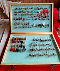 GOOD VINTAGE FOAM LINED WOODEN FLY BOX/RESERVOIR + LARGE COLLECTION OF FLIES