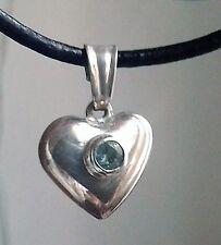 Corazón de plata esterlina con esmeralda en el centro