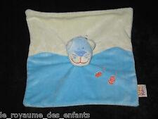 Doudou carré plat Chat bleu écru avec 2 poissons oranges Dou kidou DOUKIDOU