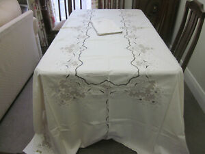 VINTAGE CREAM COTTON AND EMBROIDERY BANQUET TABLECLOTH WITH 12 NAPKINS ~ UNUSED
