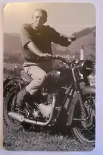 STEVE MCQUEEN THE GREAT ESCAPE POSTCARD - UNUSED POSTER CARD MOTORCYCLE  TRILBY