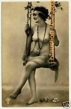 PRETTY NUDE GIRL ON SWING / NACKT AUF SCHAUKEL * Vintage 1910s Photo PC Aktfoto
