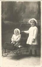 Kinder, Baby sitzt im Kinderwagen, Sportwagen, alte Foto-Ansichtskarte um 1920