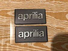 2 Adesivi gommosi mm 40x20x2 Stickers APRILIA con scritta cromo in rilievo:Leggi