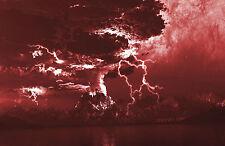 Lámina-cuando un tornado cumple con un volcán Rojo Profundo (Imagen Cartel Storm)
