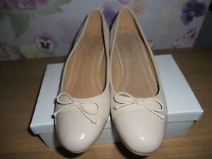 UNBRANDED BEIGE SUEDETTE SHOES WITH PATENT BLOCK HEEL SIZE 5