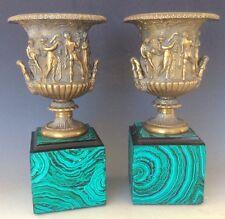 Floreros De Bronce modeladas en el jarrón Borghese italiano 19C en zócalo de malaquita de imitación