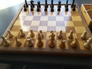 Schach-und Mühlespiel mit 32 Figuren aus Holz