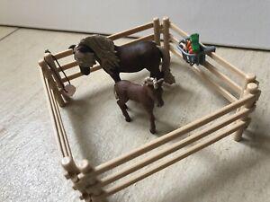 Schleich Pferd und Fohlen inkl. Zaun (Futterkrippe und Leckstein)