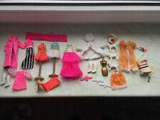 Vintage kleinere Barbie TOPPER DAWN Puppen Outfits Kleidung + Ständer 60/70er