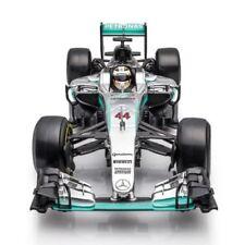 Voitures Formule 1 miniatures blancs sur Lewis Hamilton