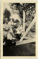 PHOTO ANCIENNE - VINTAGE SNAPSHOT - ENFANT FÊTE FORAINE MANÈGE CHEVAL DE BOIS