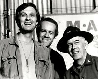 """ALAN ALDA MIKE FARRELL & HARRY MORGAIN IN """"M*A*S*H"""" MASH - 8X10 PHOTO (ZY-172)"""
