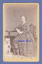 CDV Photo CA 1870er-Lady in Checkered Robe with Two Dogs