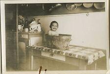 PHOTO ANCIENNE - VINTAGE SNAPSHOT - ENFANT BAIN BASSINE CUISINE DRÔLE -BATH 1935