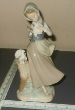 Lladro Retired #4915 Girl With Pigeons Figure