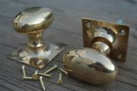 A PAIR OF SOLID BRASS EDWARDIAN OVAL DOOR KNOBS ON SQUARE BACKPLATE HANDLE CB8
