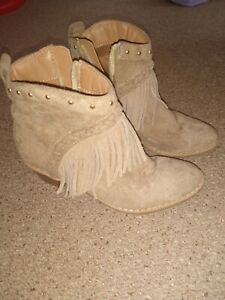 Girls River Island Beige Suede Small Heel Tassle Cowboy Style Ankle Boots 11 Uk
