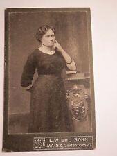 Mainz - stehende Frau im Kleid stützt sich mit Ellenbogen auf einem Buch auf CDV