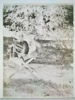 EE072 Plaque verre négatif 1920 -12x9 cm - fillette et ours en peluche, jardin
