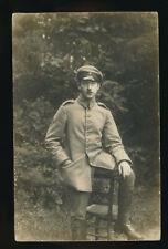 AK Soldat-Portrait mit Stuhl, Feldpost, gelaufen Lockstedter Lager 1915 (58835)