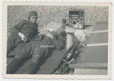 Foto Soldaten-Wehrmacht-Funkgerät-verletzter Soldat  2.WK  (G206)