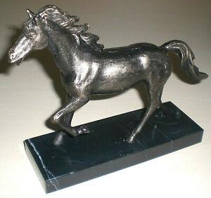 Statuette aus Gusseisen bronziert Pferd auf Marmorplatte 20cm lang 18 hoch