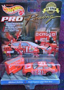 """NASCAR Hot Wheels #21 Michael Waltrip """"Citgo"""" Wood Ford - Pit Crew (MIB) 1998"""