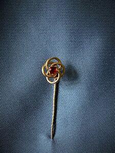 VINTAGE 1960 9CT GOLD TIE/CRAVAT PIN. BRILLIANT CUT RUBY 3MM IN DIAMETER 0.78g