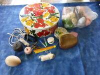 jolie boite fer et restes de mercerie ancienne ,une boule bois ,élastique,etc..