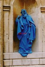 PHOTO  1999 BATH HUMAN STATUE A PERFORMANCE ARTIST STANDS IN A NICHE OUTSIDE THE