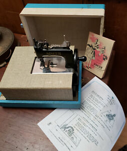 Toy Singer Sewing Machine Sew Handy Model 20 In Table-case 1953 Booklet