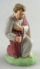 santon: marque à identifier: Joseph à genoux. 6,5 cms matière genre biscuit?