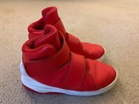 Nike Marxman boys' mid basketball trainers in red/white - size 5