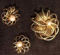 STUNNING VINTAGE DIAMOND CUT GOLD TONE & PEARL BROOCH & EARRINGS SET