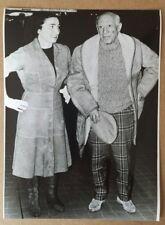 PABLO PICASSO mit Jacqueline Originalfotographie rückseitig mit Text, Pressefoto