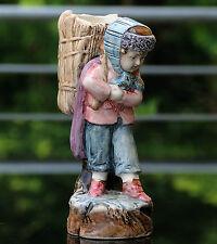 "Ältere Majolika Keramik Figur  "" Junge mit Korb im Winter "" !!! Gemarkt  !!!"