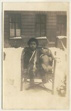 LITTLE GIRL TEDDY BEAR LOOM MÄDCHEN TEDDYBÄR KORB STUHL * Vintage 1920s Photo PC