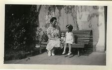 PHOTO ANCIENNE - VINTAGE SNAPSHOT - ENFANT JOUET POUPÉE POUPON BANC - CHILD TOY