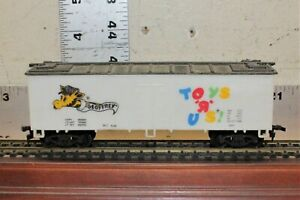 Vintage HO Scale Life Like Toys R Us Geoffrey Box Car Train Car