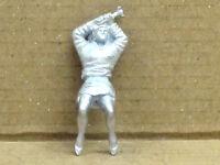 Frau im Kleid mit Hammer liegend, Zinnfigur Nr. 15, unbemalt, Omen, 1:43