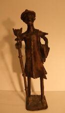 Sculpture homme africain au chapeau et canne tête de loup, bronze, haut. 22,5cm