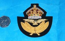 ROYAL AIR FORCE WW11 STYLE KINGS CROWN FULL SIZE FLYING OFFICERS CAP BADGE.