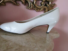 So Soft by 9 2 5 White leather shoe Sz 10