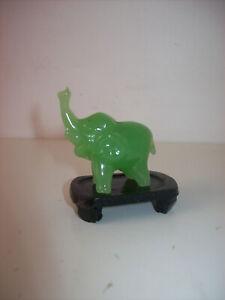 Petit éléphant en jade verte sur support en bois
