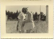2 petites filles extérieur jardin - photo ancienne an. 1950 / 60