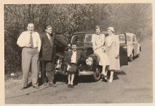 Foto Personen vor VW Käfer Auto Oldtimer 1952