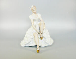 WALLENDORF, LADY PUTTING UP HER SHOES, HANDPAINTED PORCELAIN FIGURINE ! (J068)