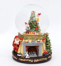 Sigro Schneekugel Santa am Kamin u. Wichtel Polyresin Farbwechsel Sound Glitter