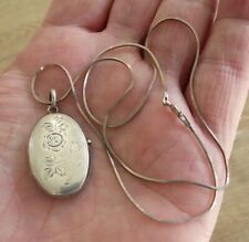 BEAUTIFUL VINTAGE SOLID SILVER LOCKET / CHAIN